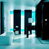 Revestimiento de baño blanco y negro
