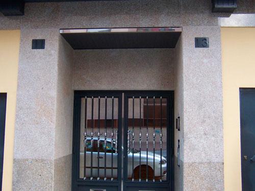 Fachada portal granito avia pulido y abujardado
