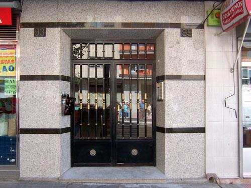 Fachada portal granito blanco cristal y verde ubatuba